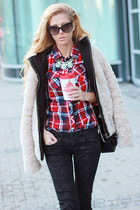 red shirt - navy boots - off white coat - black jeans - black bag