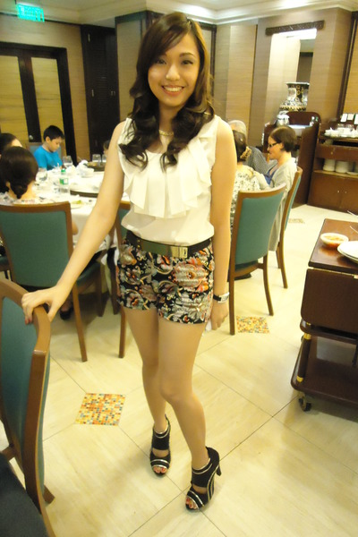 Black-high-waisted-shorts-off-white-top_400