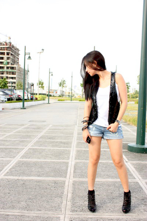 Loveculturemultiplycom vest - Forever 21 shorts - Bakers shoes - UO socks - rand