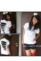 white unbranded t-shirt