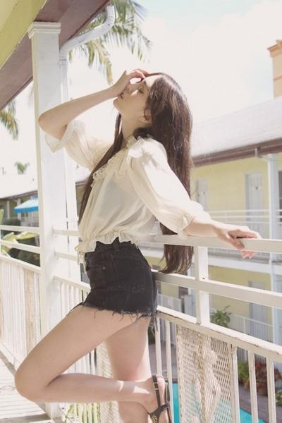 ivory vintage blouse - black Levis shorts